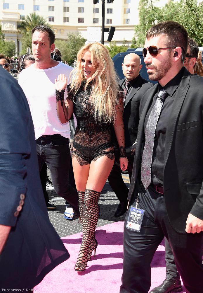 Ahogy már említettük, Britney Spears a Billboard Music Awardson olyan kevés ruhában lépett fel, amennyiben még épphogy megőrizhette méltóságát