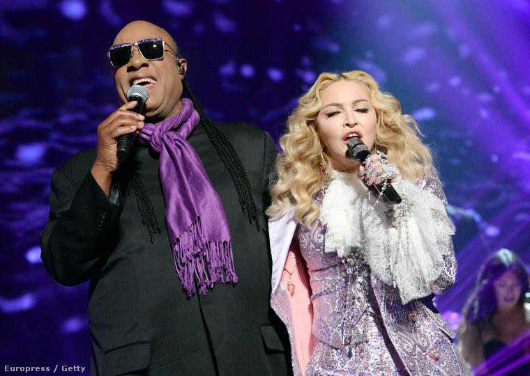 Stevie Wonderrel együtt énekelték a Purple Raint.