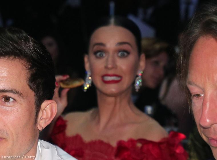 hátterében hirtelen észrevesszük Katy Perryt.