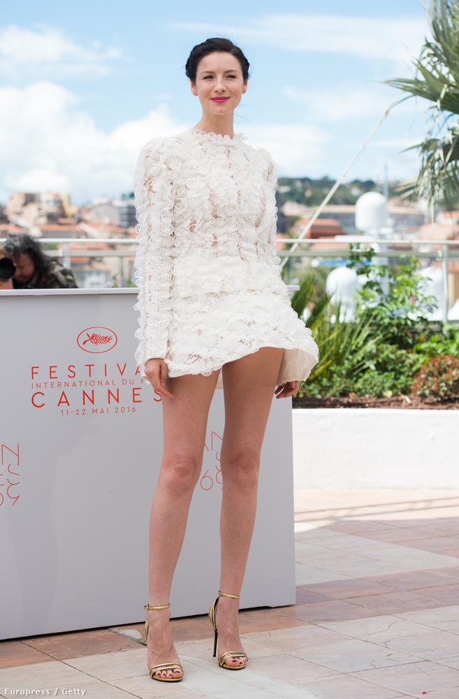 Caitriona Balfe színésznőnek épp csak felfújta a szoknyáját, ő még viszonylag jól járt.