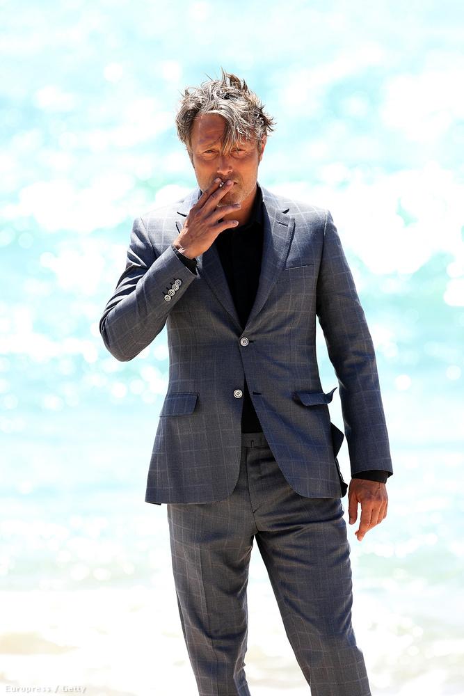 Ő csak állt, a parton,