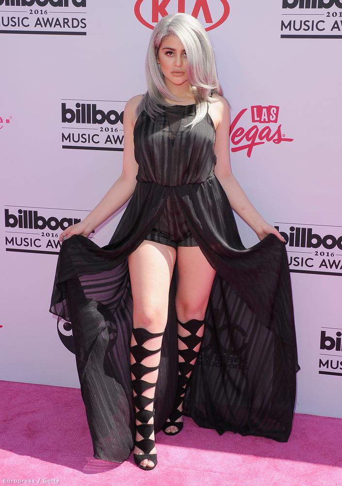 Lauren Giraldót sokan kritizálták ezért a ruháért, mi nem tesszük, ezen a képen, ezzel a pózzal legalábbis szerintünk baromi jól érvényesül ez az összeállítás
