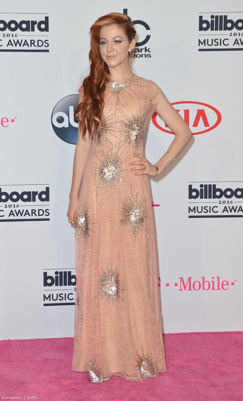 Lindsay Stirling ruhája úgy néz ki messziről, mintha meglövöldözték volna marha nagy ezüsttöltényekkel, ami szerintünk jópofaság