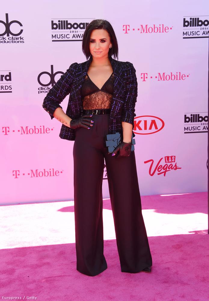 Demi Lovato itt Chanelben feszít, és bármennyire is próbáljuk szeretni, ez így egyben se nem szexi, se nem különösebben elegáns, és hát éppen nem is túl eredeti