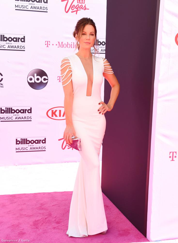 Kate Beckinsale színésznő fehérben hozza a klasszikus női sziluettet