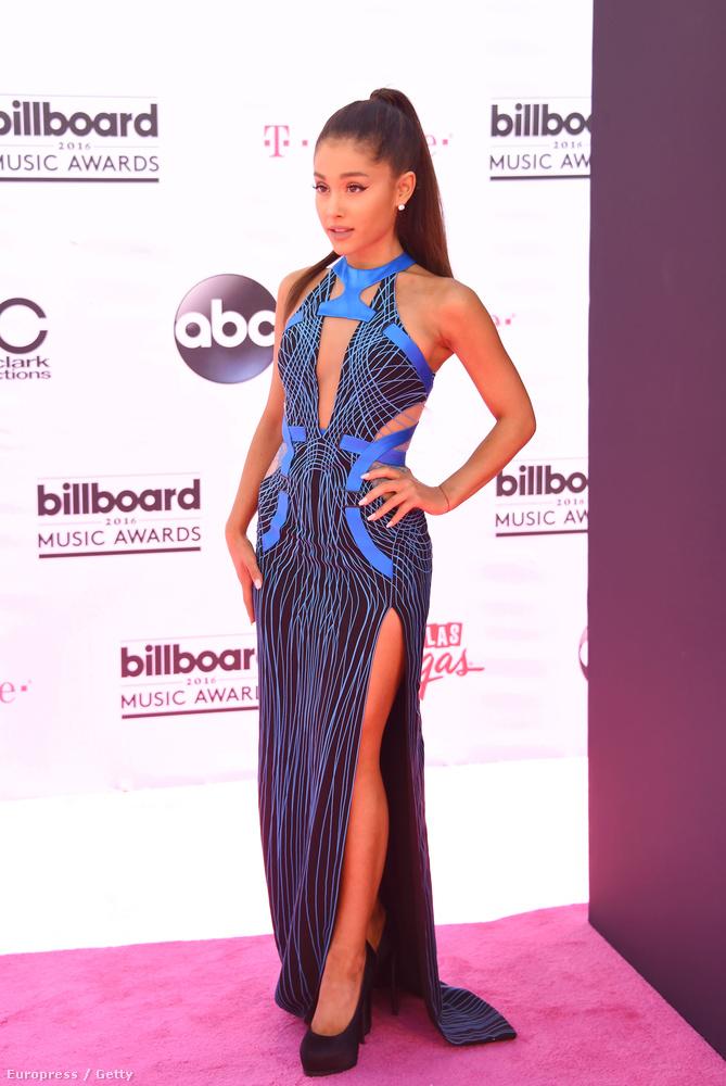 Ariana Grande kék-fekete ruhája az Atelier Versacétól van, és itt lassan kezdünk közelíteni ahhoz a részéhez az összeállításnak, amiben a megosztóbb darabok láthatók