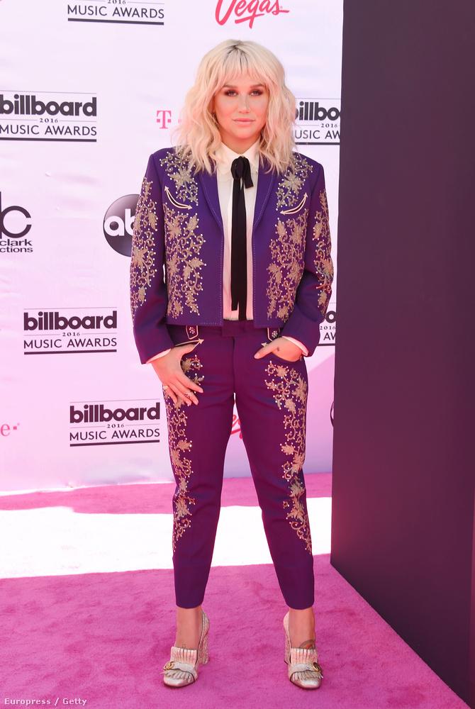 Madonna nyomatta ezt a nőitorreádoros divatot másfél évvel ezelőtt, hogy azzal promózza azt a számát, amire ön nyilván már nem is emlékezne, ha nem lett volna az a hanyattesős baleset