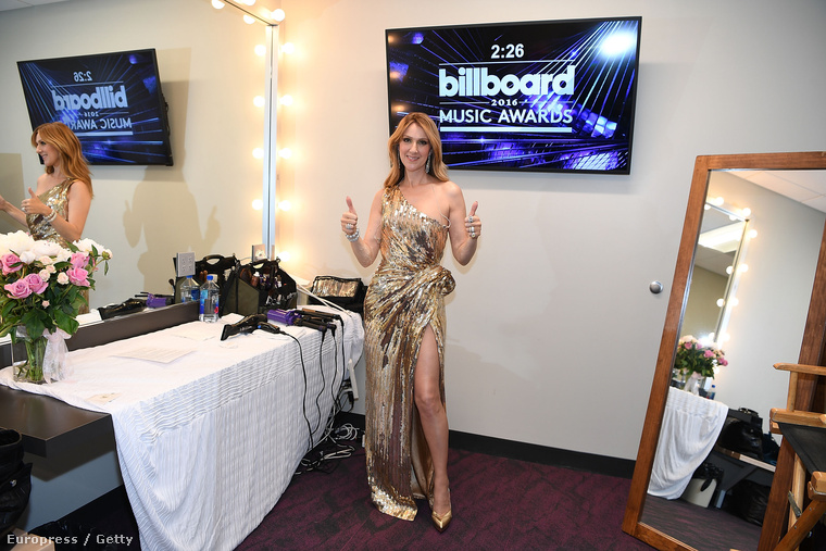 """Celine Dion meg egy """"rámszakadt a függöny""""-típusú estélyivel jelentkezett, de legalább arannyá változott az a függöny, ahogy Celine Dion hozzáért, és kötött egy csomót az oldalára"""
