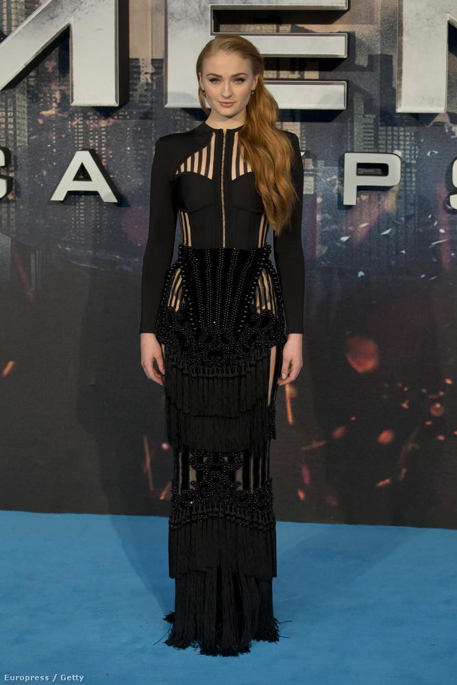 Sophie Turner föléjük magasodik a 175 centijével (tudják, ő Sansa),