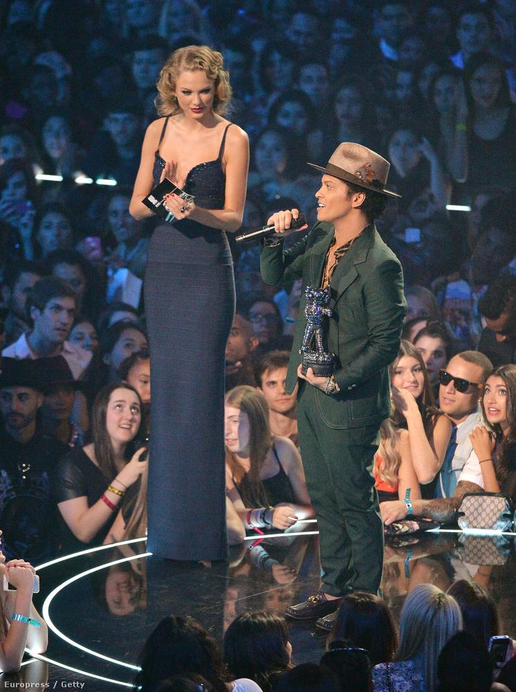 Néha egészen meglepő, amikor olyan emberek kerülnek egymás mellé az életben, akiket még nem láttunk együtt - ilyenkor derül ki, hogy egymáshoz képest milyen magasak.Így például egészen érdekes volt az az alkalom, amikor a 2013-as MTV Video Music Awardson Taylor Swift és Bruno Mars egymás mellé kerültek