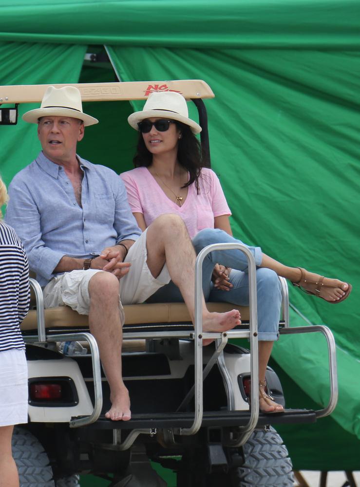A színész a feleségével érkezett a forgatásra.