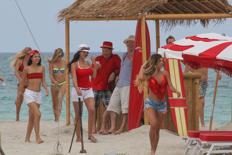 A modellek pirosban vonulgattak a parton.