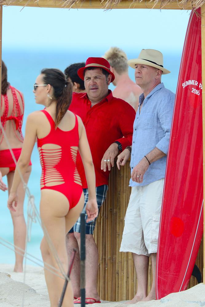 Bruce Willis Miami partjánál forgat egy reklámfilmet, a Baywatch-témájú reklámfilmben egy rakás bikinis nővel látható a színész.