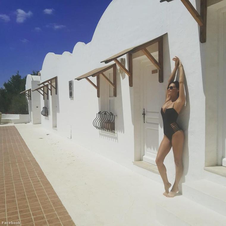 Görög Zita Tunéziában napozott állva