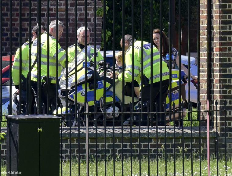 Az élelmes fotós megörökítette, ahogy a herceg kipróbált egy rendőrmotort, mindezt pedig négy rendőr, illetve az édesanyja, Katalin hercegné figyeli