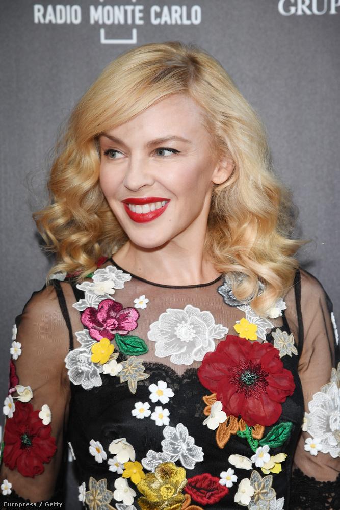 A 47 éves énekesnőt Milánóban fotózták ebben az elképesztően színes ruhában.