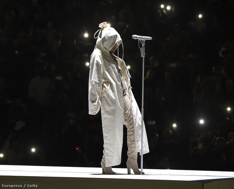 Rihanna egy 28 éves énekesnő, ráadásul különösen tehetős, ezért gyakorlatilag semmi oka nincs arra, hogy ne úgy öltözzön, ahogyan éppen kedve szottyan