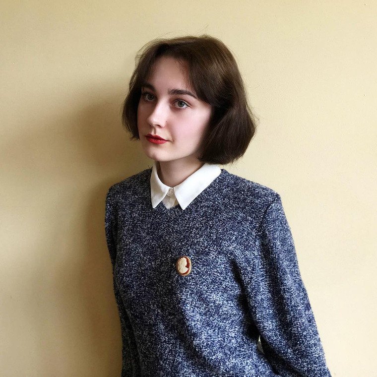 Az első fotón pedig Annelies van Overbeeket láthatta, aki egy 17 éves belga lány,