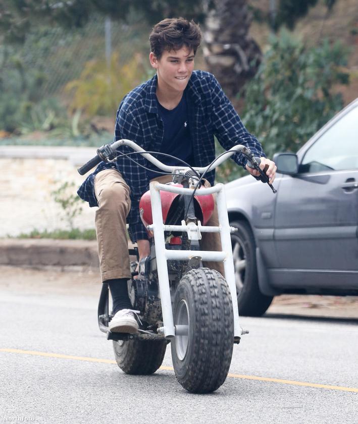 És ha már motorok, végezetül nézze meg Pierce Brosnan legkisebb fiát, a 15 éves Paris Brosnant! Neki is jól áll