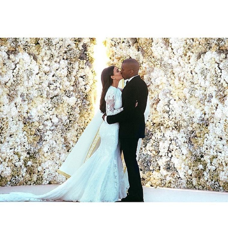 Végezetül legjobb lesz, ha megemlékezünk arról, hogy már két éve annak, hogy Kim Kardashian Kanye West feleségelett