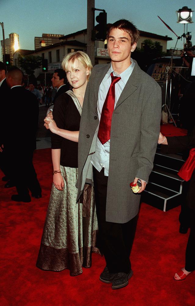 Közben mutatunk egy teljesen random, almás képet 1998-ból, Hartnett akkori barátnőjével
