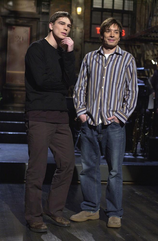 Szóval még a csapból is a színész folyt, fellépett a Saturday Night Live-ban (azért a 2002-es Jimmy Fallonra is érdemes egy pillantást), interjúkat adott, ki se mehetett anélkül az utcára, hogy lefotózták volna