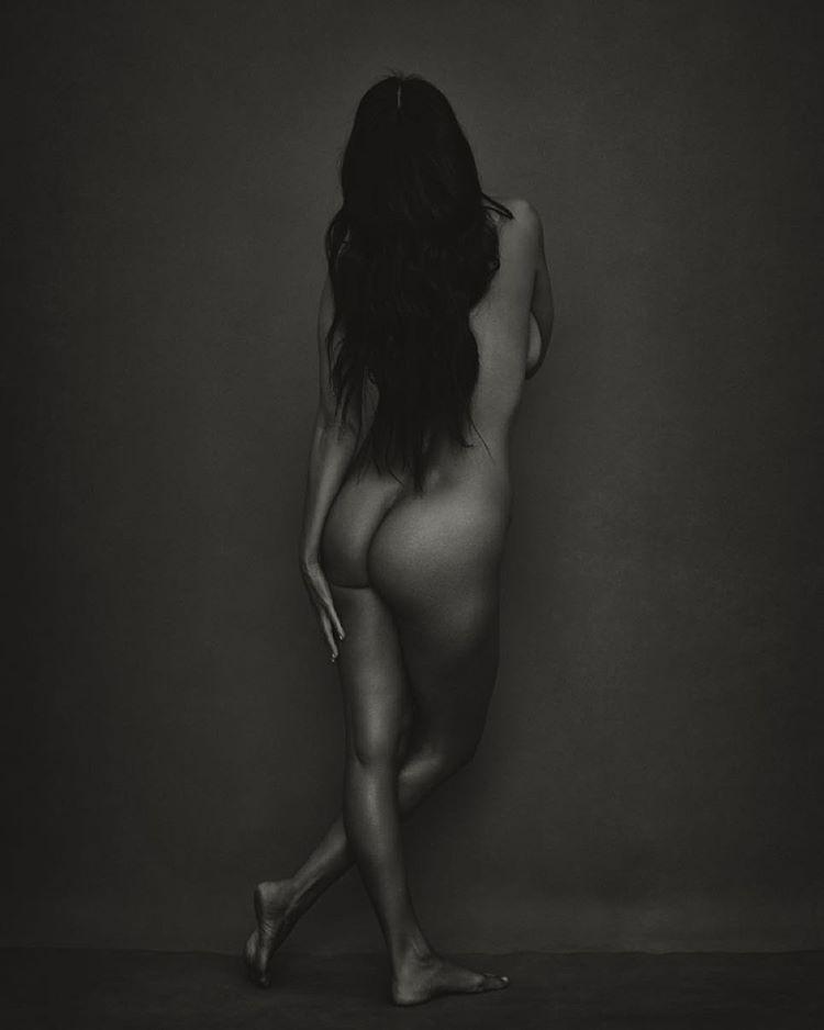Egy újabb Kardashian-lányt látni csupaszon, Kourtney Kardashian is szereti magát mindenhogyan megmutatni