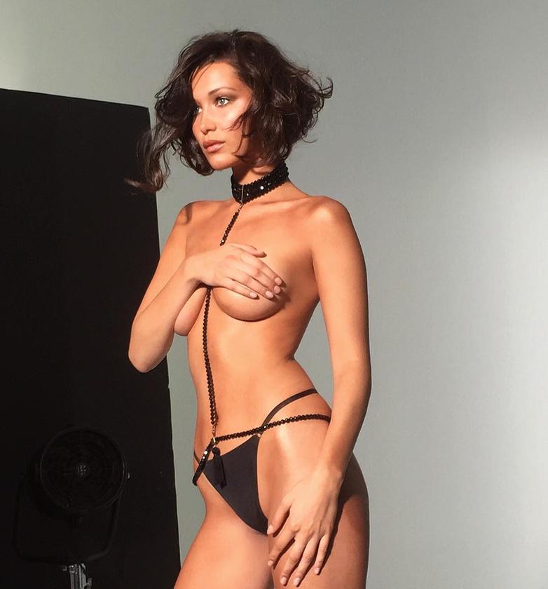 Bella Hadid modell egy fotózás kedvéért vált  meg a melltartójától.