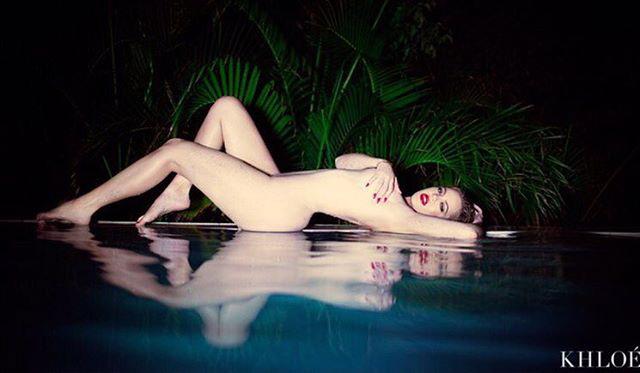 Khloe Kardashian a legegyszerűbb módját választotta a csupaszkodásnak, csak eltakarja a melleit a karjával