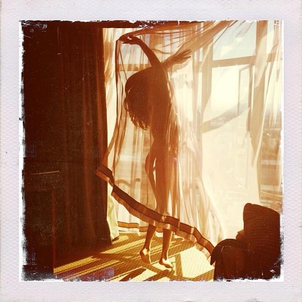 Selena Gomez a függöny mögé bújtatta csupasz testét, így is lehet.