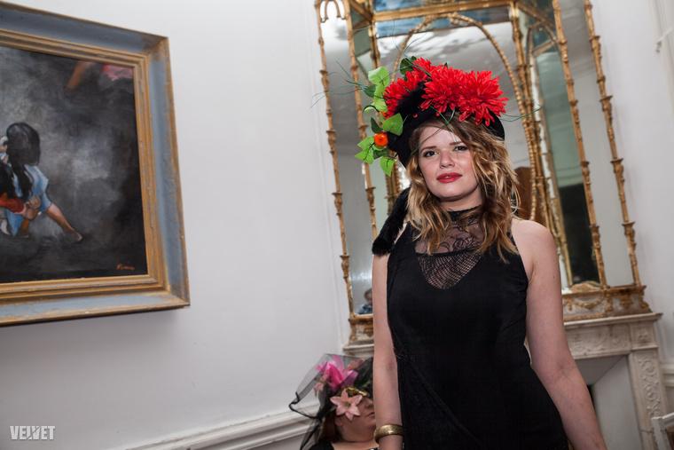 Krasznai Tünde az Akt együttes vendégénekesnőjeként szórakoztatja mostanában a közönségét, ő is megjelent a századfordulót idéző könyvbemutatón: gyümölcsökkel dobta fel a fekete ruháját.