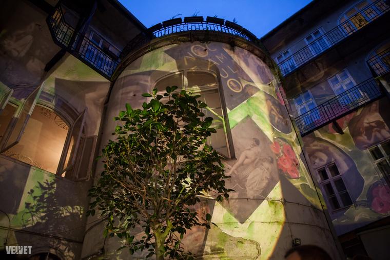 amelyen korabeli fotókkal festették meg az épületet, és bárkiről készülhetett a regény korához illeszkedő kép