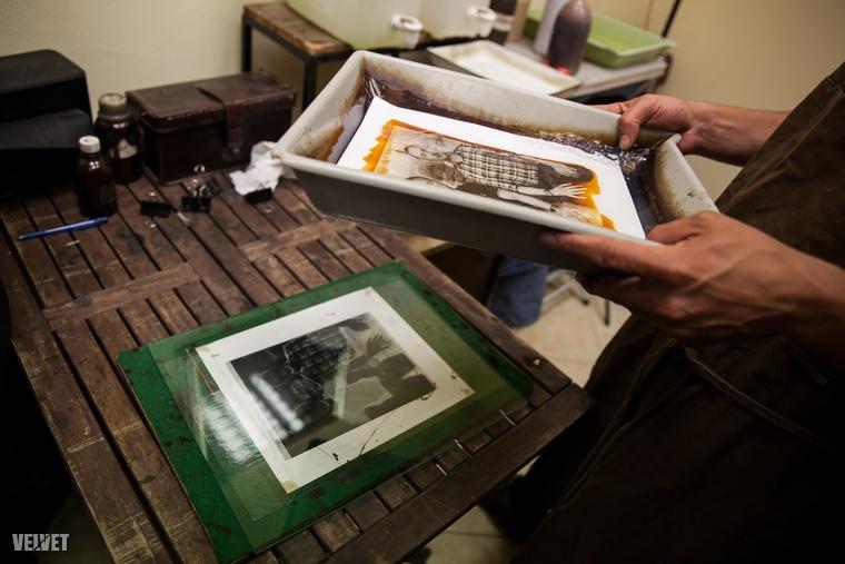 A nyersanyagra történő fényképezés a digitális eljárásokkal kiment a köztudatból - a vándorfényképész ezért egyfajta közművelésnek is tekinti a hivatását.