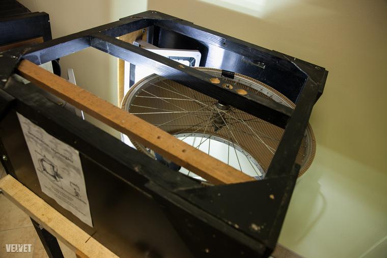 amelynek lelkét biciklikerék és egy grillcsirkesütő motorja is hajtja
