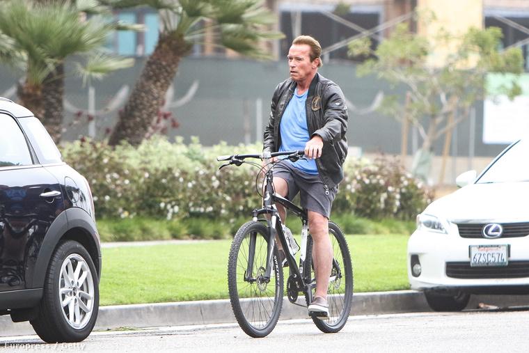 Kalifornia volt kormányzója, a Terminátor, imád biciklizni