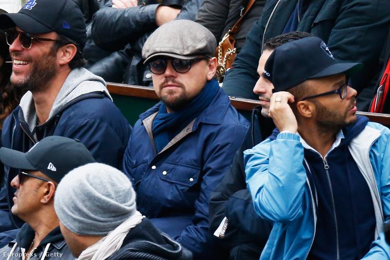 A szemüveg, a sapka, sál és a szakáll is kevés volt ahhoz, hogy ne szúrják ki a nézők soraiban.