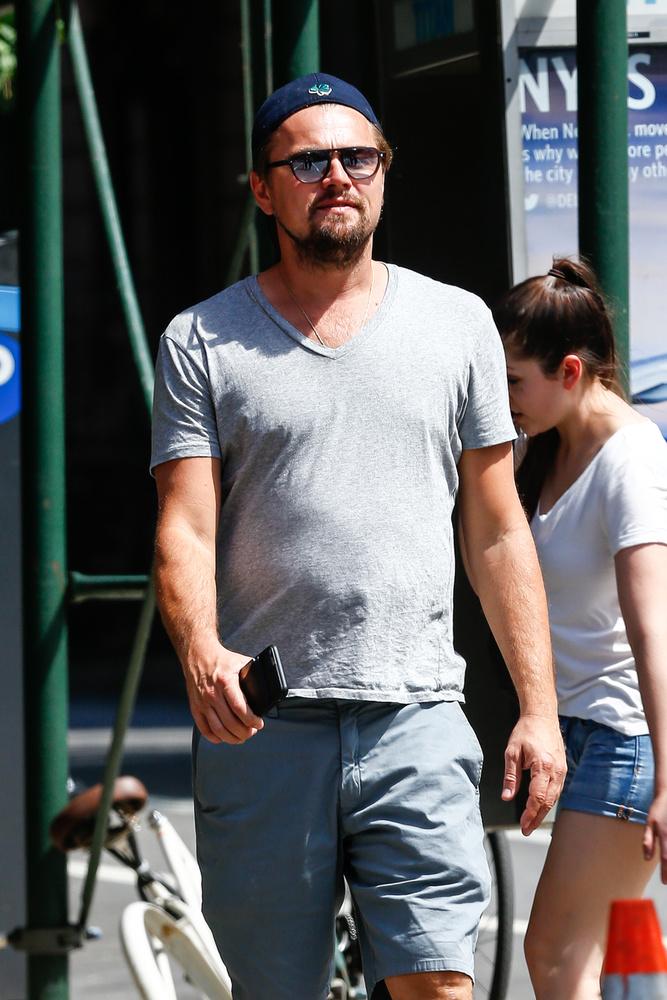 DiCaprio a szokásos szettjében, a kis szürke pólójában, rövid gatyájában sétált egyet New York utcáin