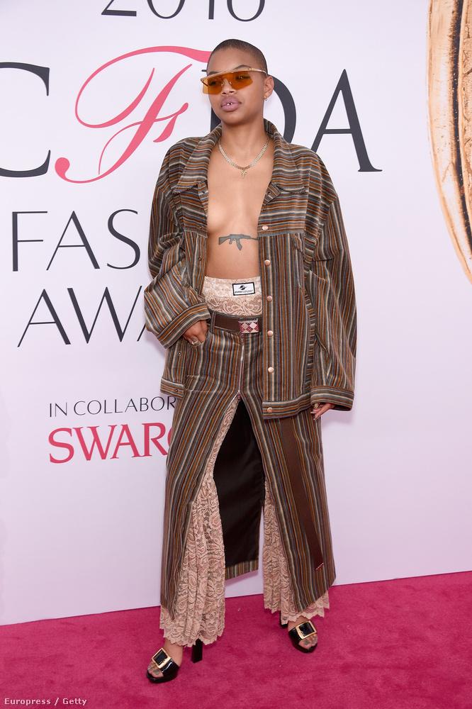 Ő Slick Woods előadóművésznő, akiben Tilda Swintonhoz hasonlóan van egy kis adag férfiasság és egy nagy adag kreativitás