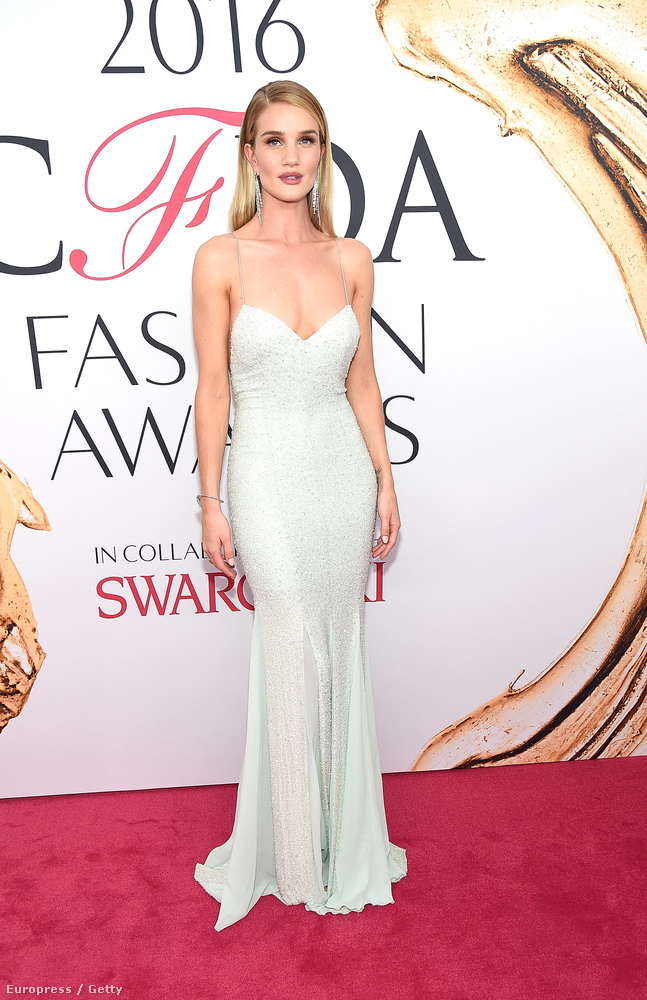 Rosie Huntington-Whiteley üdvözli ön a New York-i CFDA Fashion Awards nevű gála vörös szőnyegén! Szexi és egyébként izgalmas öltözékeket mutatunk most híres és/vagy modellkedő nőkön, szóval készítse a kattintóizmait, lesz mit nézni!