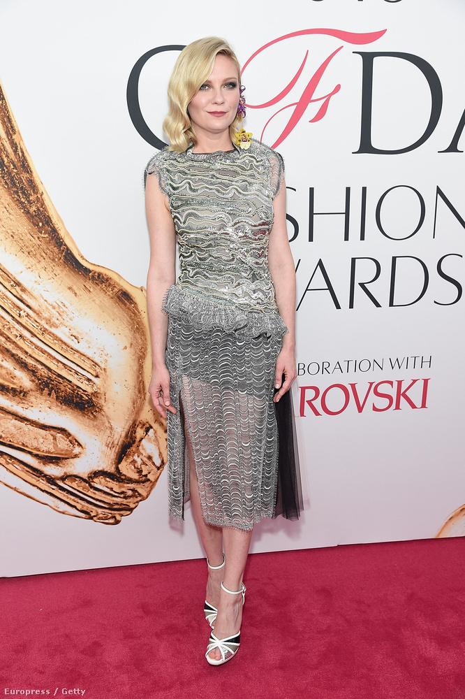 Kristen Dunstot miért raktuk ide a legfurábbak közé, amikor egy egész decens kis ruha van rajta?