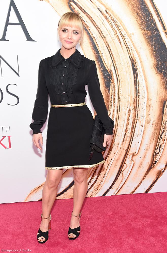 Egy hasonlóban volt jelen kolléganője, Cristina Ricci is, csak valamivel kislányosabb fazonban.