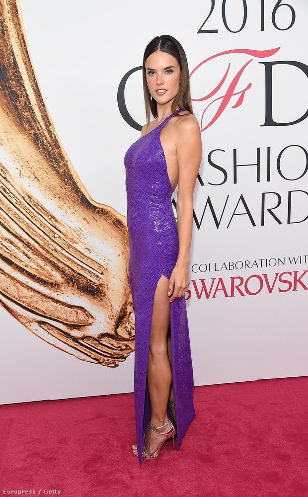 Megint egy modell kerül sorra: Alessandra Ambrosio kékeslilában volt maga a tökély.
