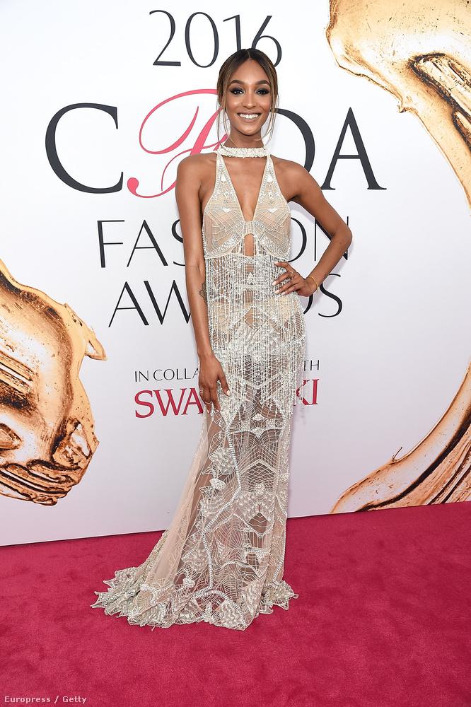 Jourdan Dunn viszont inkább a királynős eleganciát választotta, igaz, egy gyakorlatilag átlátszó ruhával.