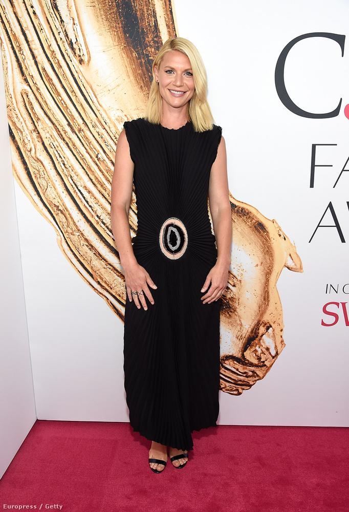Claire Danes színésznő természetesen nem szállt be a villantásversenybe: ízléses és visszafogott, látszik rajta, hogy tudja, hogy jól áll neki ez a ruha.