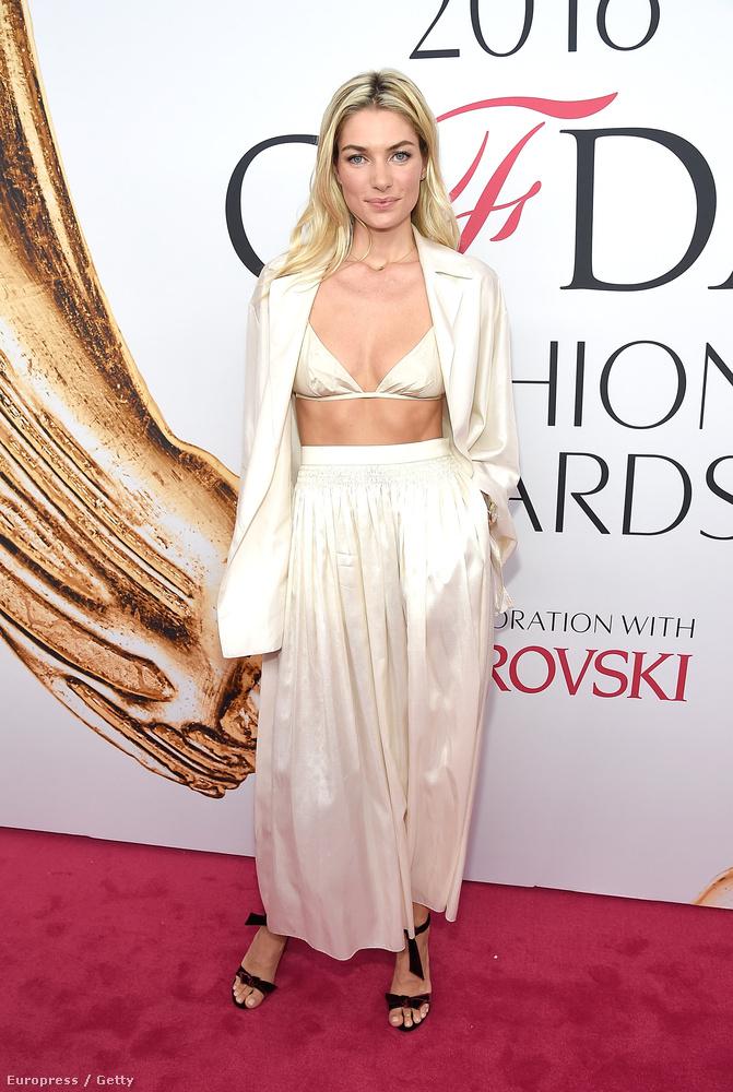 Jessica Hart egy ausztrál modell, és ő se vett fel egy rendes felsőt, csak egy nyitott blézert és alá egy melltartót.