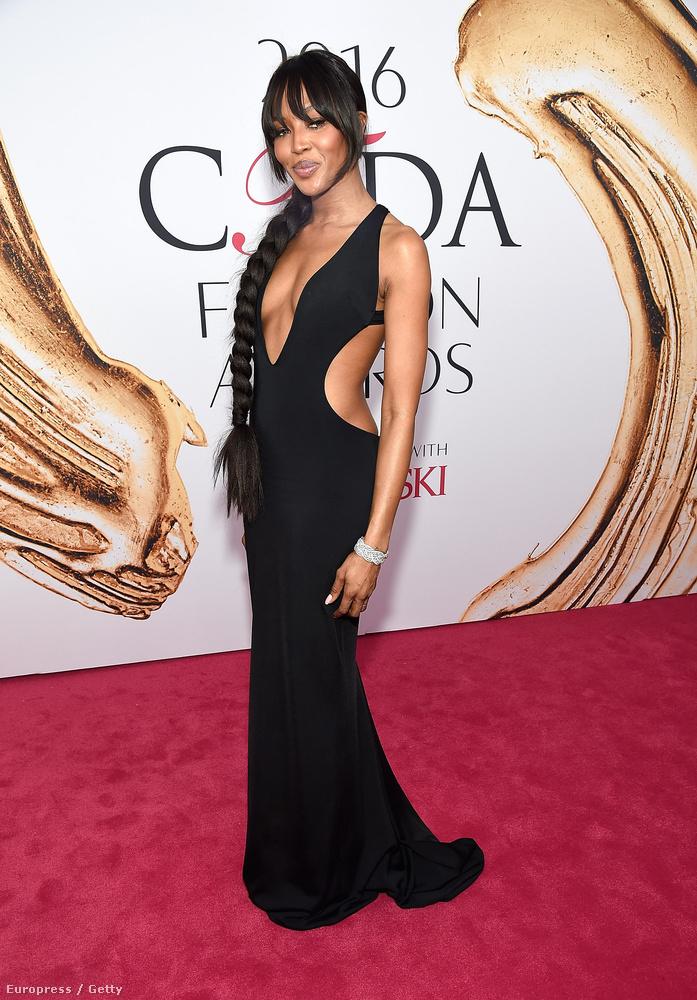 Ott volt például Naomi Campbell egy elég merészen kivagdosott ruhában, vaskos copffal