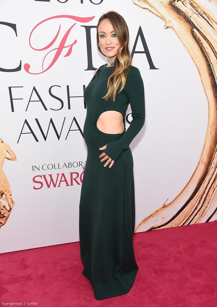 ...és az a valaki Olivia Wilde volt, aki egy nagyon hasonló ruhát vett, csak egy kevésbé dekoltált kivitelben