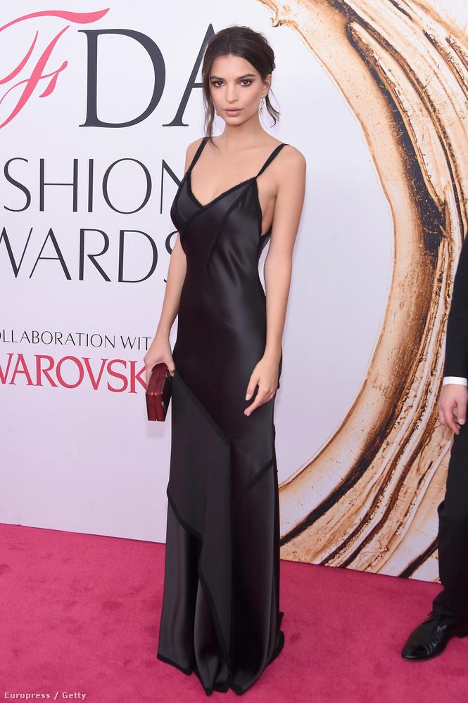 Kolléganője, Emily Ratajkowski ezúttal szinte visszafogott volt magához képest, nincs túlbonyolítva ez a fekete ruha, de mondjuk csodálatosan megmutatja a 24 éves modell alakját.