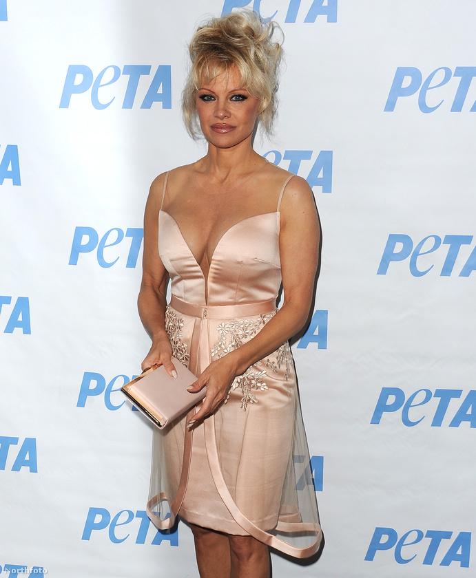 ...de fiával ellentétben Pamela Anderson vagy nem élvezte nagyon az eseményt, vagy valamire folyamatosan rácsodálkozhatott, ugyanis a színésznő...
