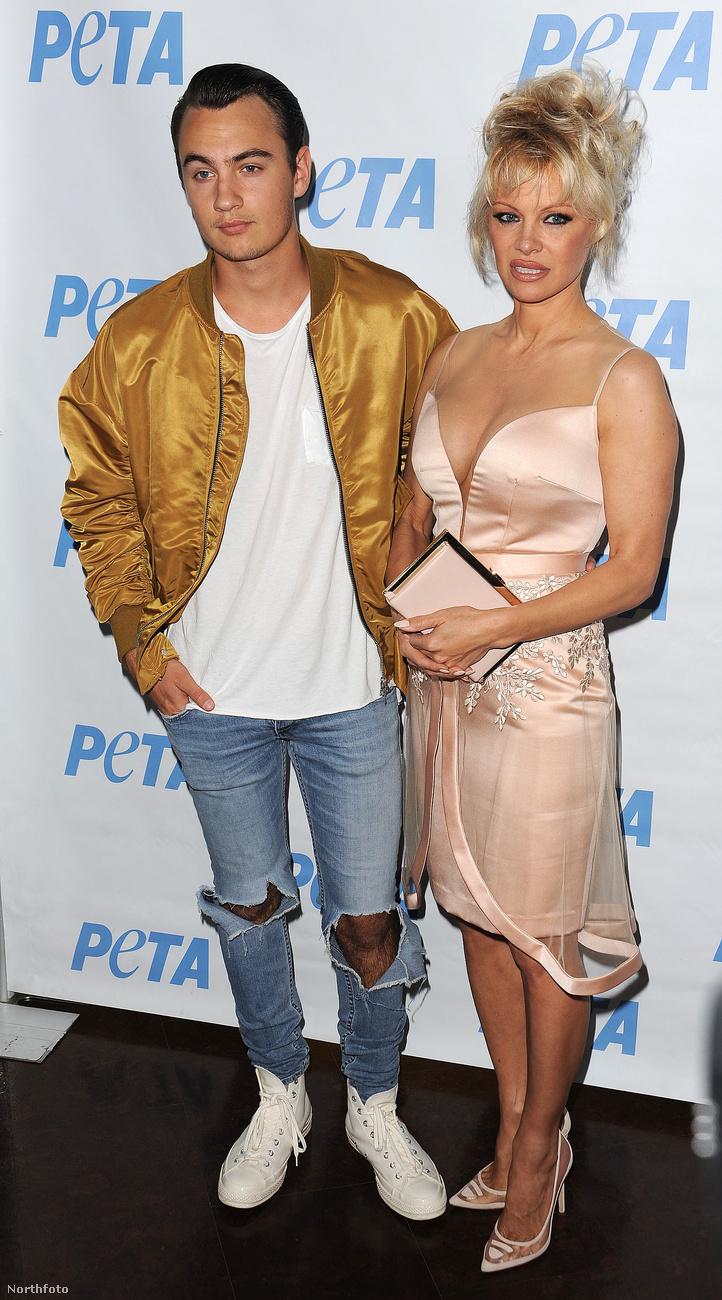 A nagyon állatvédő Pamela Anderson a PETA egy Los Angeles-i eseményén vett részt nagyobbik fiával, Brandon Lee-vel.